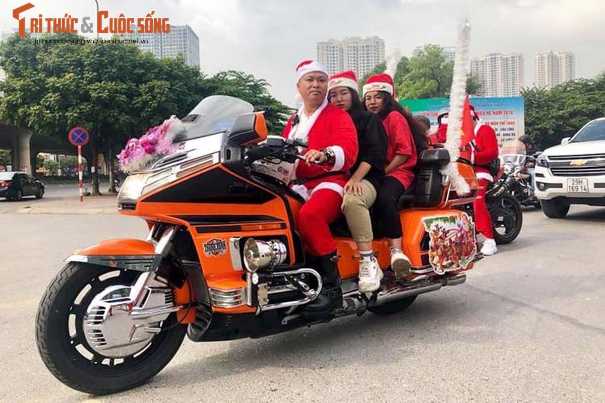 Ong gia Noel cuoi moto