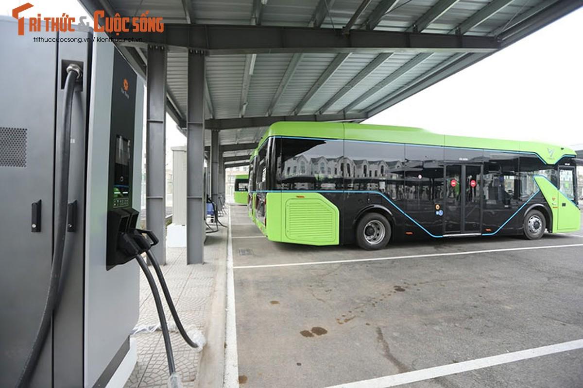 Can canh xe buyt dien Vinfast vua chinh thuc lan banh tai Ha Noi-Hinh-2
