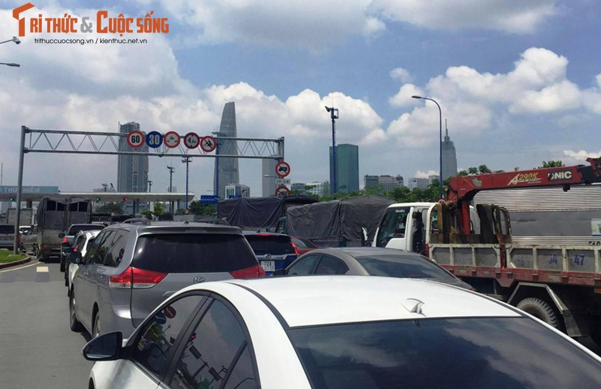 Hien truong tai nan lien hoan trong ham Thu Thiem, Audi A8 hong nang-Hinh-5