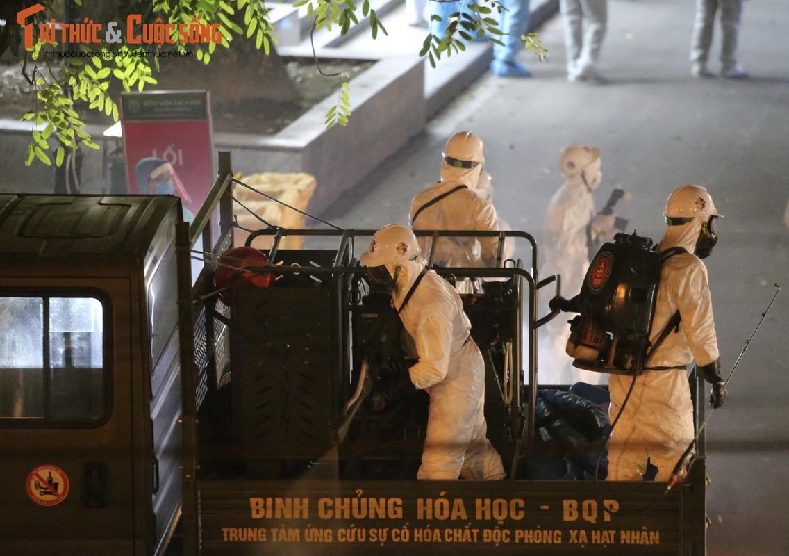 Binh chung Hoa hoc khu trung BV Bach Mai, dua benh nhan ve khu cach ly-Hinh-9