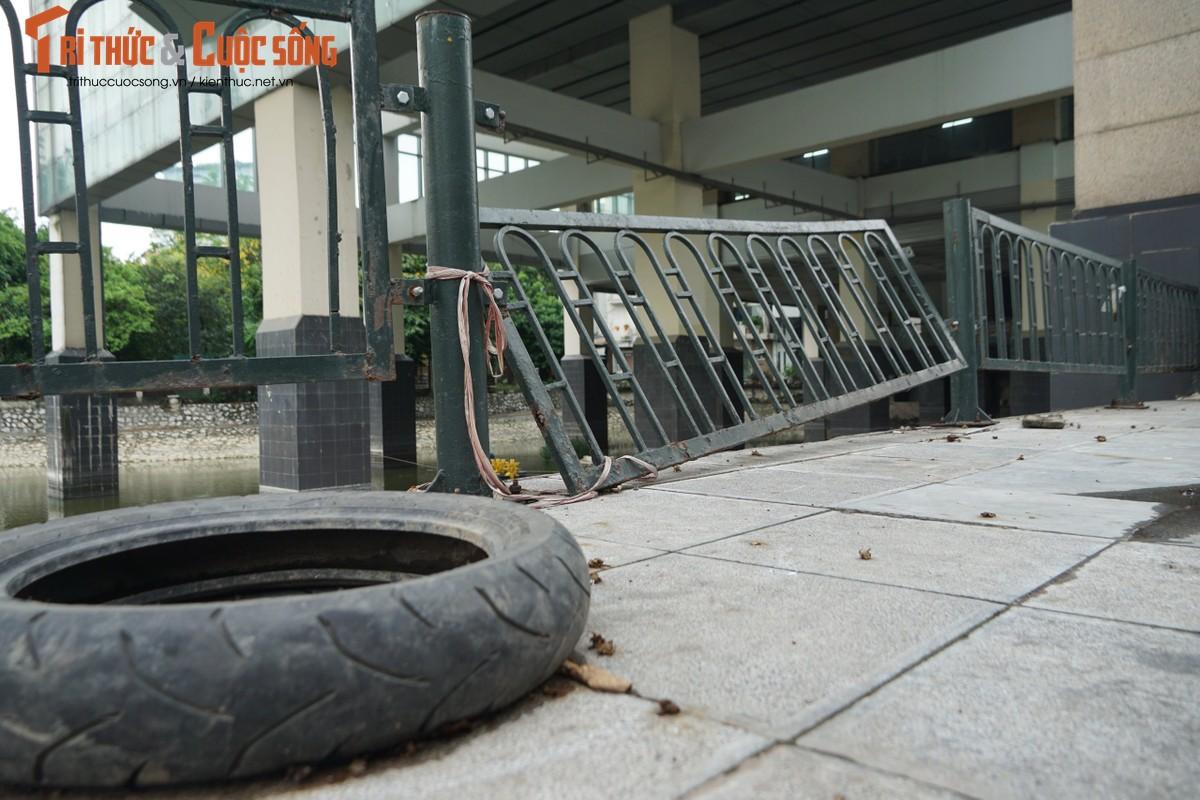 Ga cuoi Cat Linh - Ha Dong bi lan chiem thanh cho de xe, ban tra da-Hinh-10