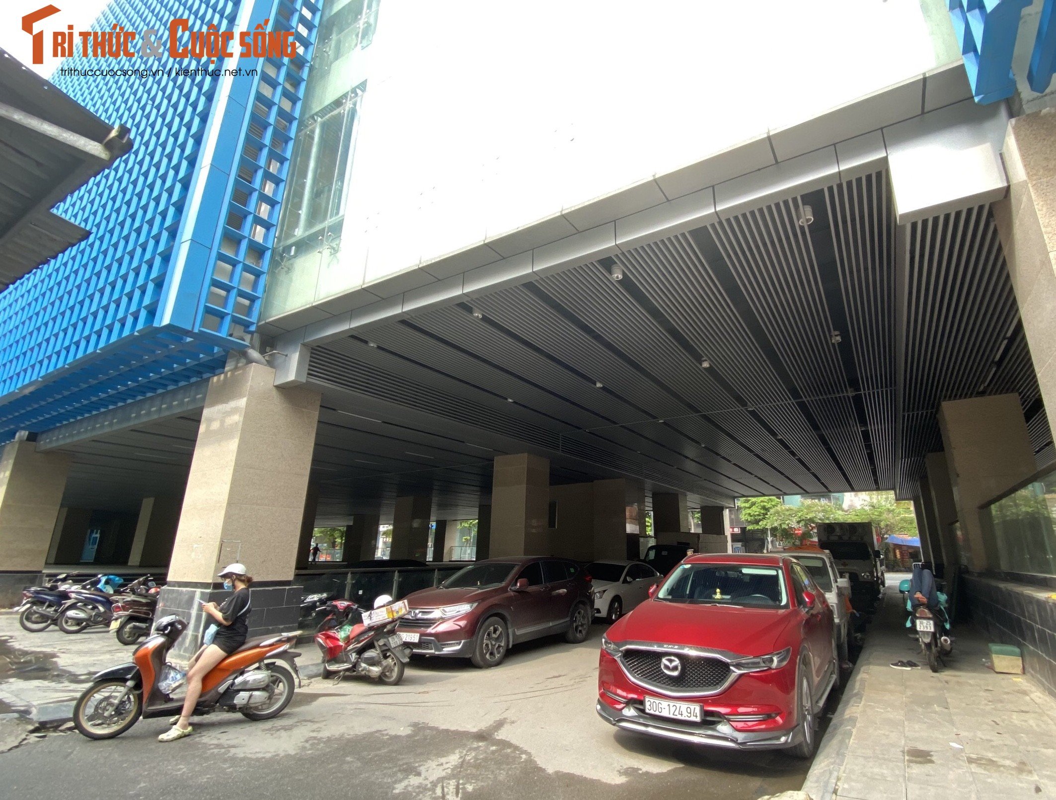 Ga cuoi Cat Linh - Ha Dong bi lan chiem thanh cho de xe, ban tra da-Hinh-5