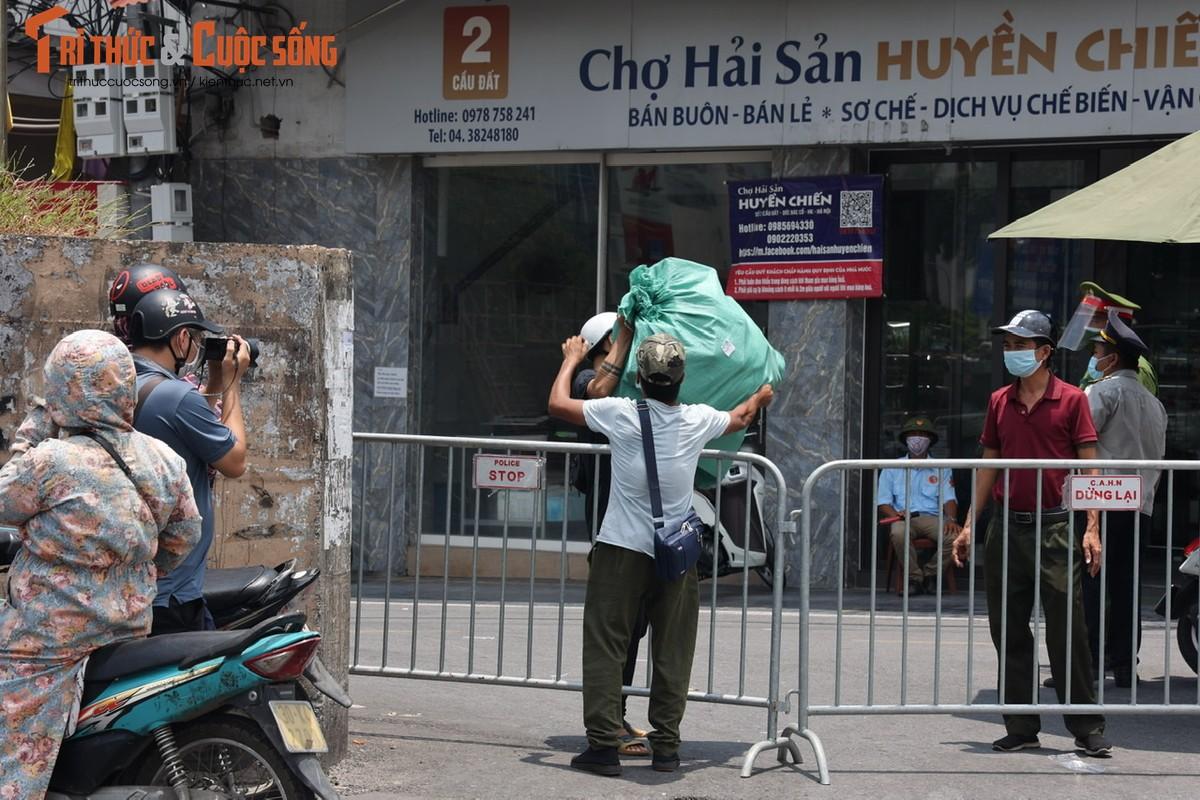 Bat chap lenh phong toa, nguoi dan phuong Chuong Duong van tiep xuc nhieu shipper-Hinh-2