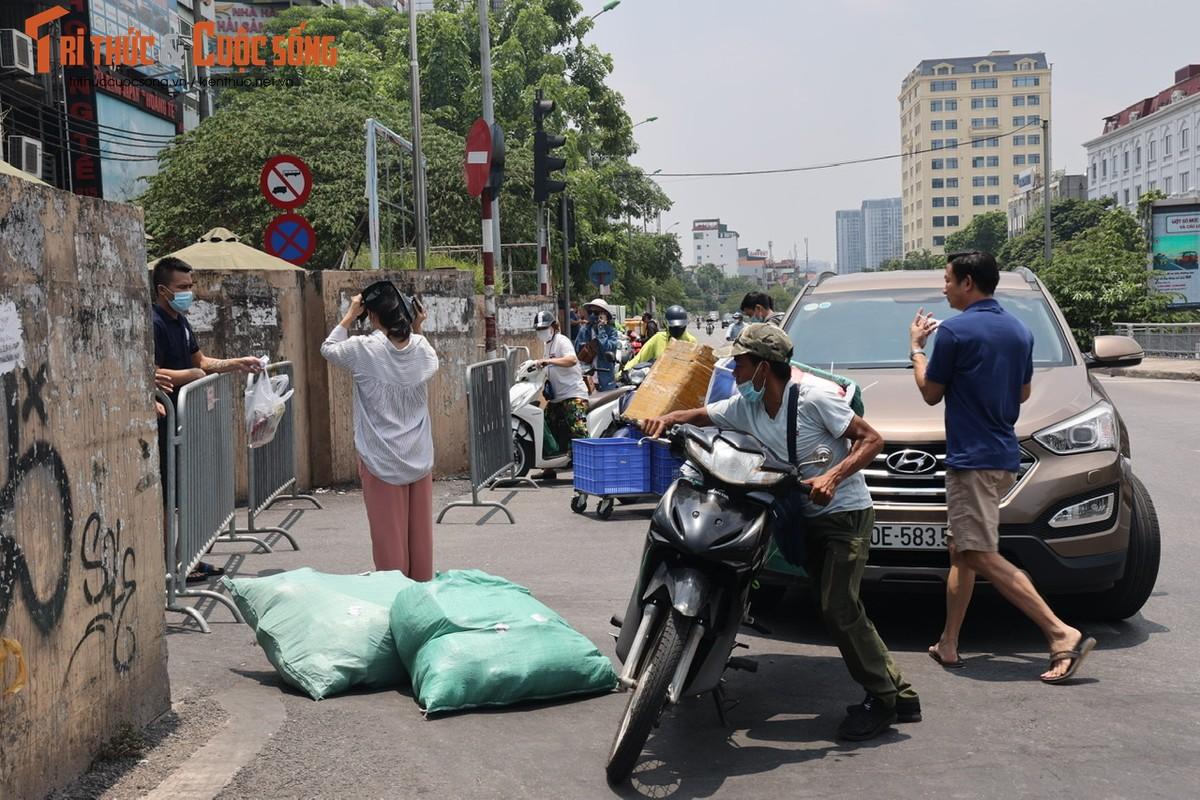 Bat chap lenh phong toa, nguoi dan phuong Chuong Duong van tiep xuc nhieu shipper-Hinh-8