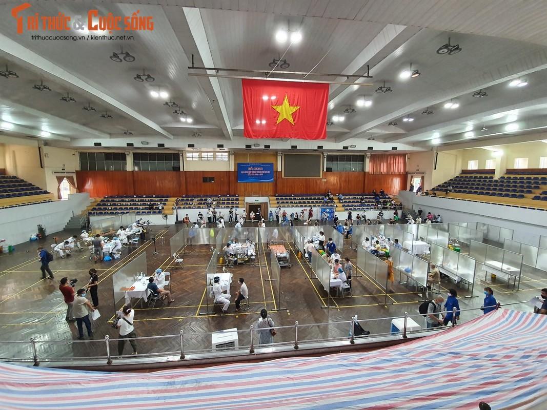 Ben trong benh vien da chien phuc vu tiem vaccine dau tien tai Ha Noi-Hinh-10