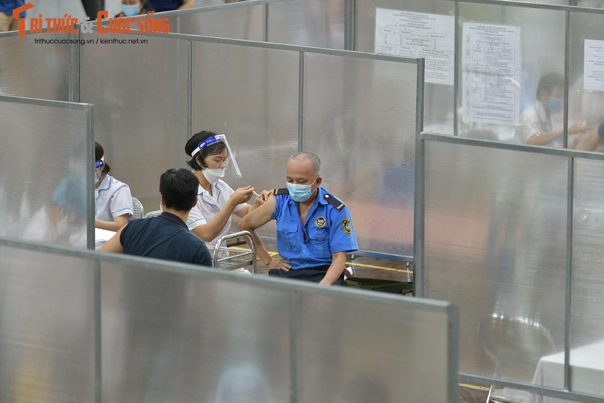 Ben trong benh vien da chien phuc vu tiem vaccine dau tien tai Ha Noi-Hinh-6