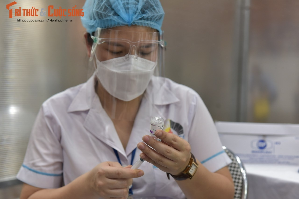 Ben trong benh vien da chien phuc vu tiem vaccine dau tien tai Ha Noi-Hinh-8