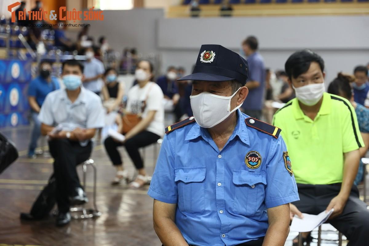 Ben trong benh vien da chien phuc vu tiem vaccine dau tien tai Ha Noi-Hinh-9