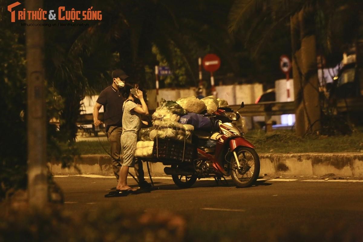 Cho Long Bien bi phong toa, tieu thuong nhon nhip hop cho… giua duong-Hinh-9