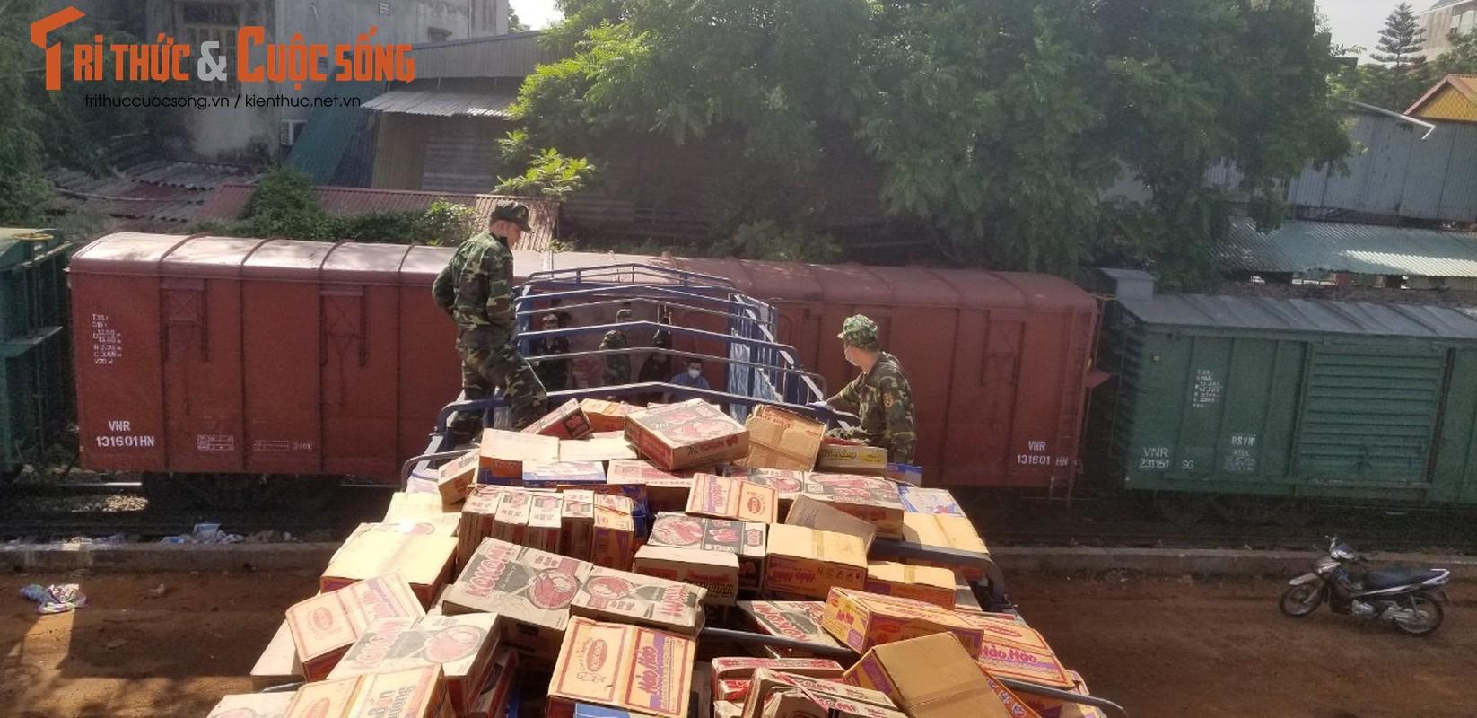 """400 tan hang hoa, nhu yeu pham len duong vao Nam """"tiep suc"""" chong dich COVID-19-Hinh-10"""