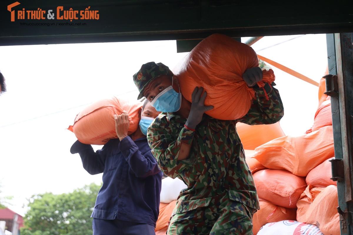 """400 tan hang hoa, nhu yeu pham len duong vao Nam """"tiep suc"""" chong dich COVID-19-Hinh-2"""