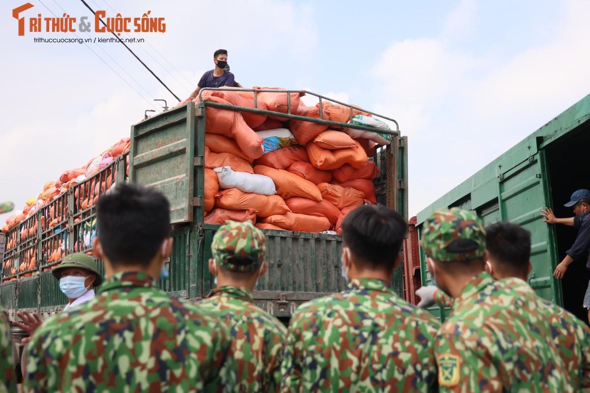 """400 tan hang hoa, nhu yeu pham len duong vao Nam """"tiep suc"""" chong dich COVID-19-Hinh-6"""