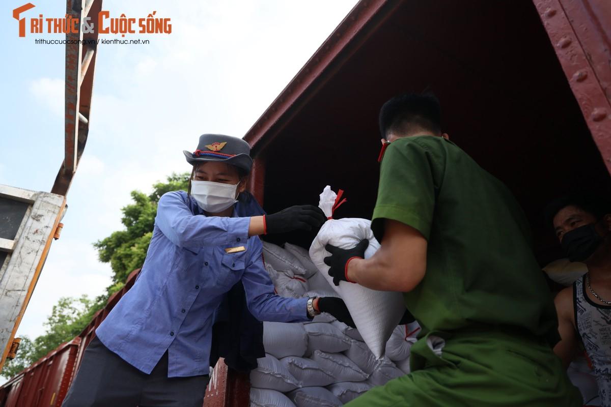 """400 tan hang hoa, nhu yeu pham len duong vao Nam """"tiep suc"""" chong dich COVID-19-Hinh-7"""