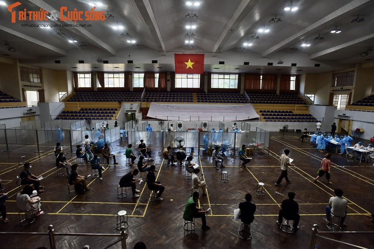 """Duoc """"noi"""" hoat dong tro lai, shipper xep hang di tiem vac xin-Hinh-10"""