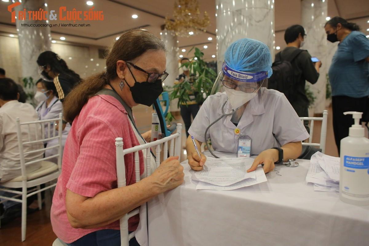 Nguoi dan Ha Noi di tiem vac xin trong toi muon-Hinh-10