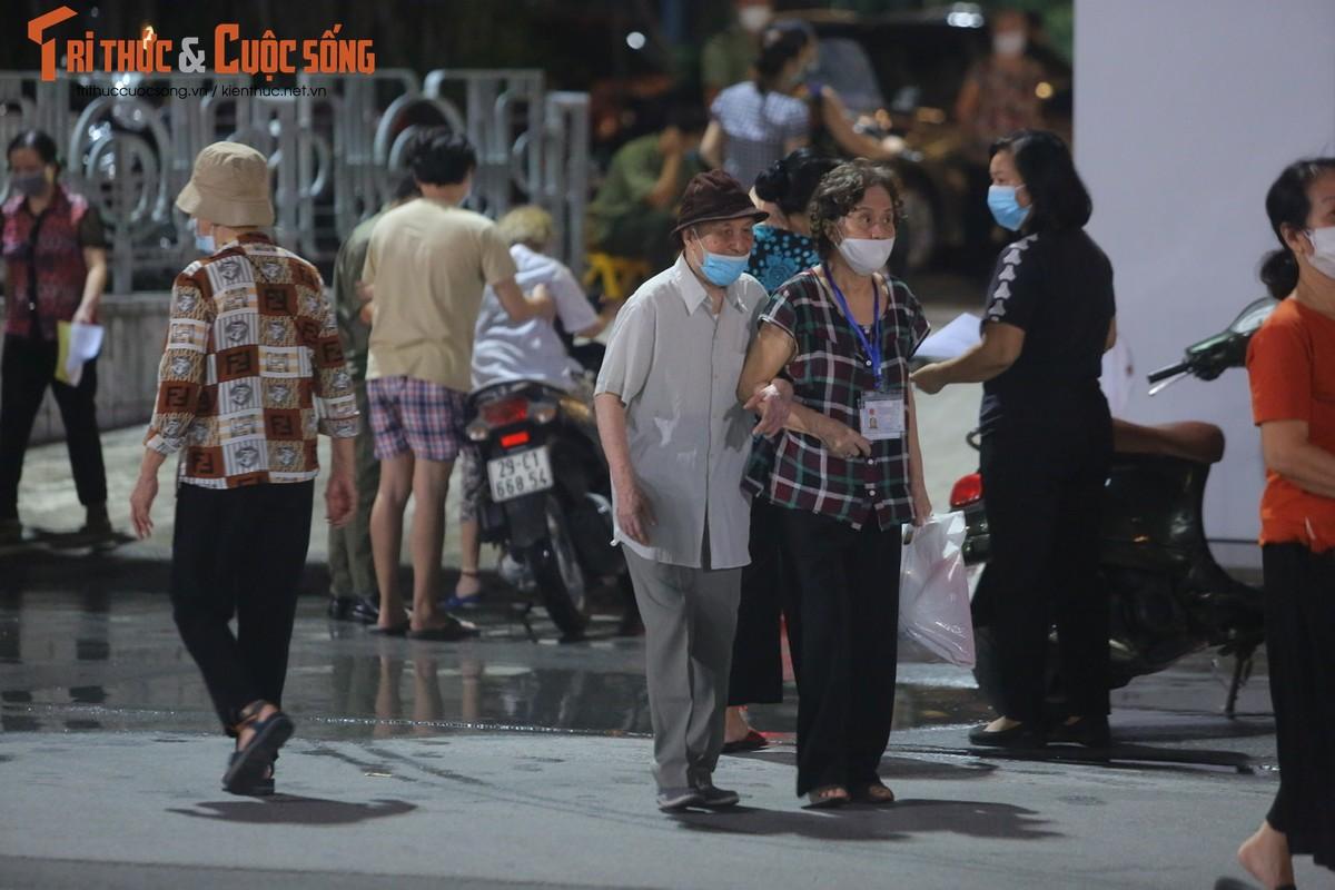 Nguoi dan Ha Noi di tiem vac xin trong toi muon-Hinh-2