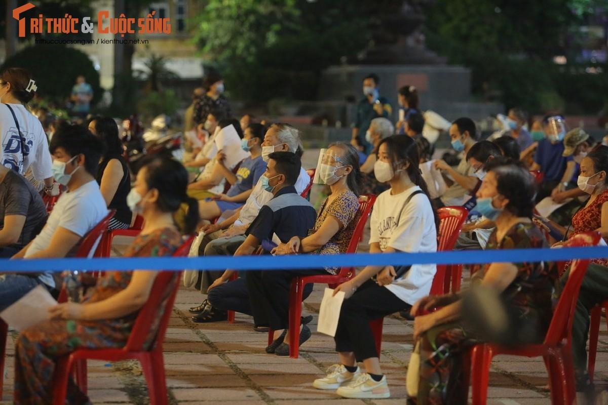 Nguoi dan Ha Noi di tiem vac xin trong toi muon-Hinh-3