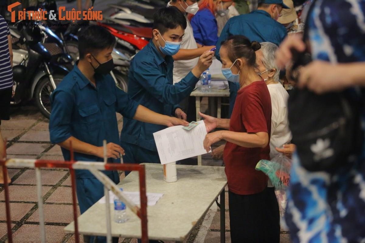 Nguoi dan Ha Noi di tiem vac xin trong toi muon-Hinh-4