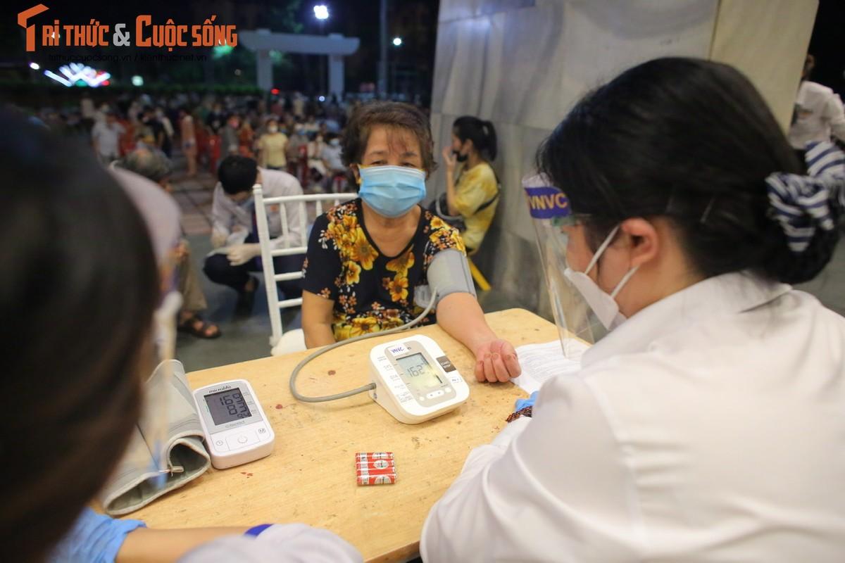 Nguoi dan Ha Noi di tiem vac xin trong toi muon-Hinh-5