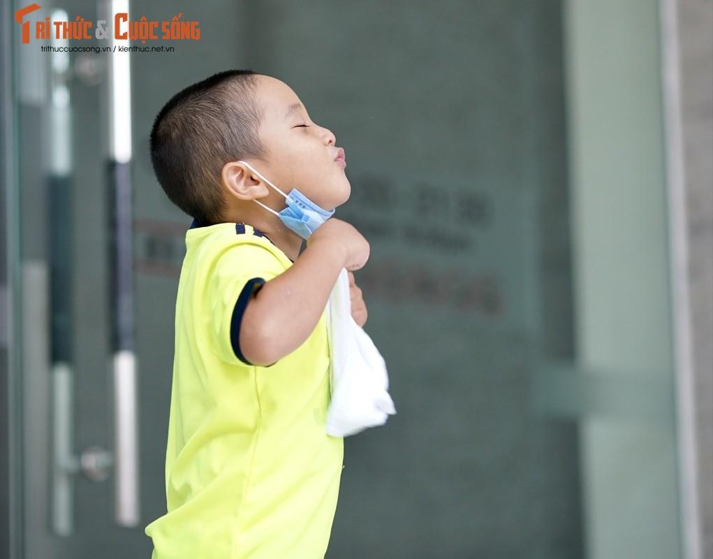 Xuc dong be trai 4 tuoi theo bo di ship hang khap Ha Noi-Hinh-7