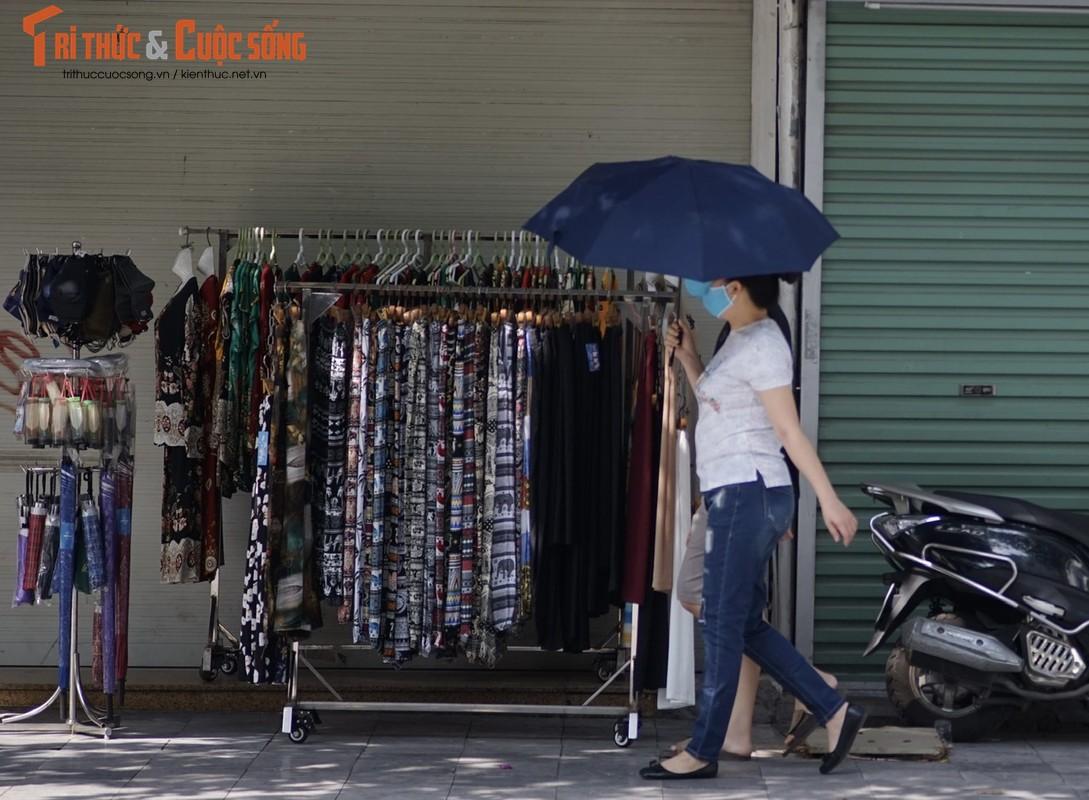 """Quan ao dong loat giam gia sau gian cach, nhieu cua hang van… """"ngu im""""-Hinh-14"""