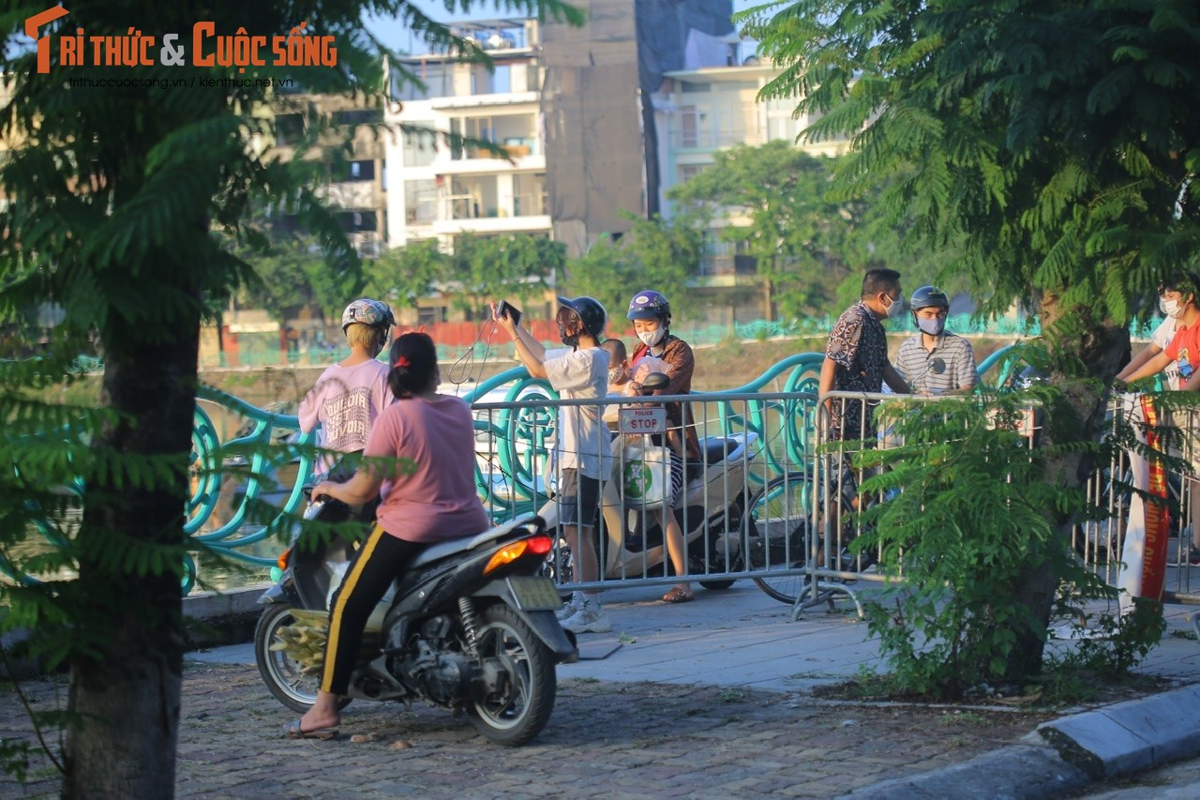 Cho tap the duc, nguoi dan van phai chui rao khi di quanh Ho Tay-Hinh-2