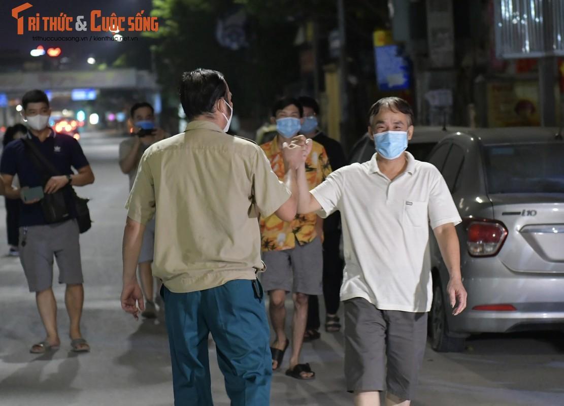 Ha Noi: Dan vui mung khi TP go phong toa o dich 328 Nguyen Trai-Hinh-10