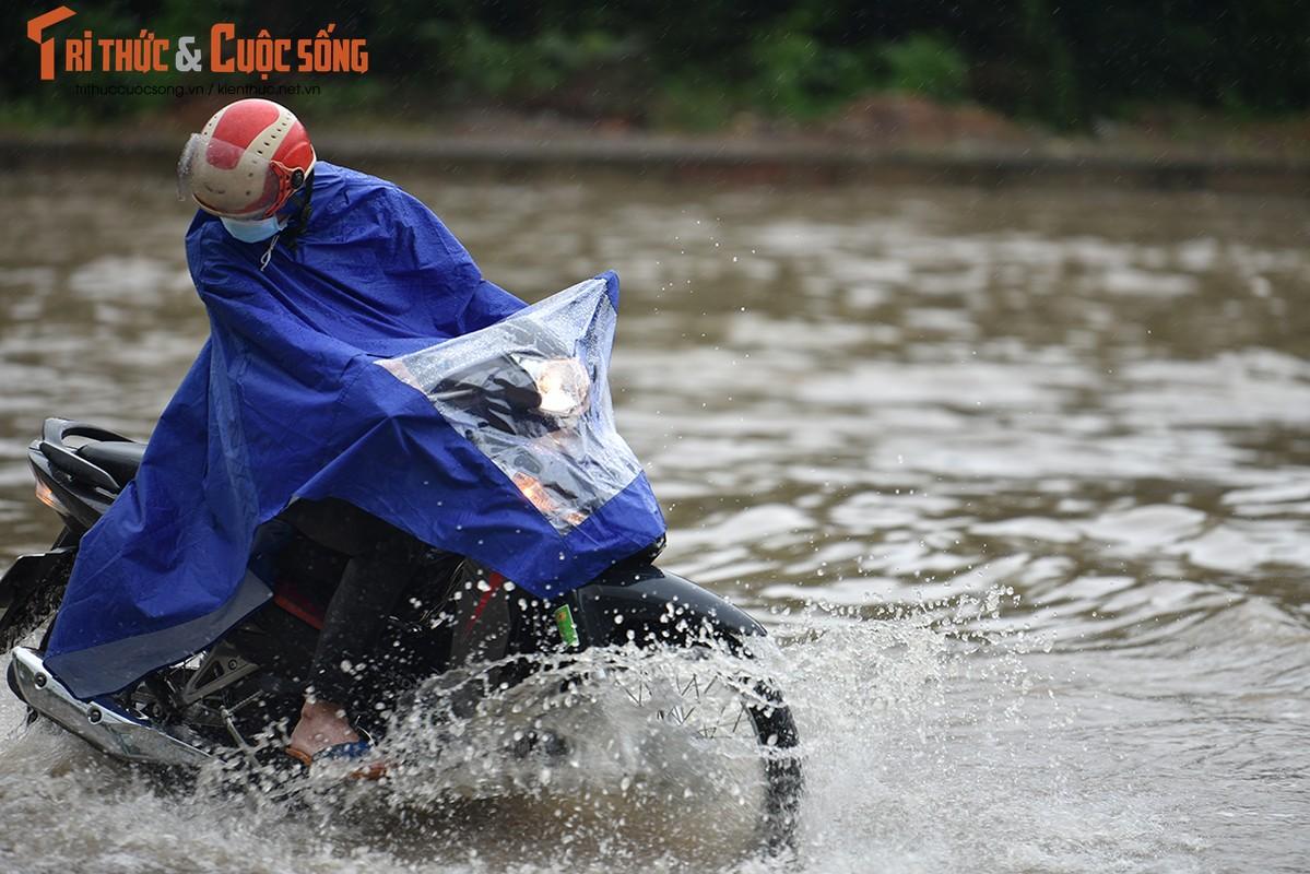 "Duong pho Ha Noi thanh bien nuoc, xe may ""chay"" o to nhu... ma duoi-Hinh-10"