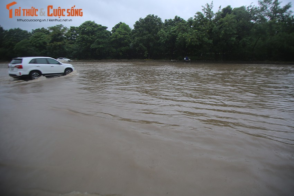 "Duong pho Ha Noi thanh bien nuoc, xe may ""chay"" o to nhu... ma duoi-Hinh-11"