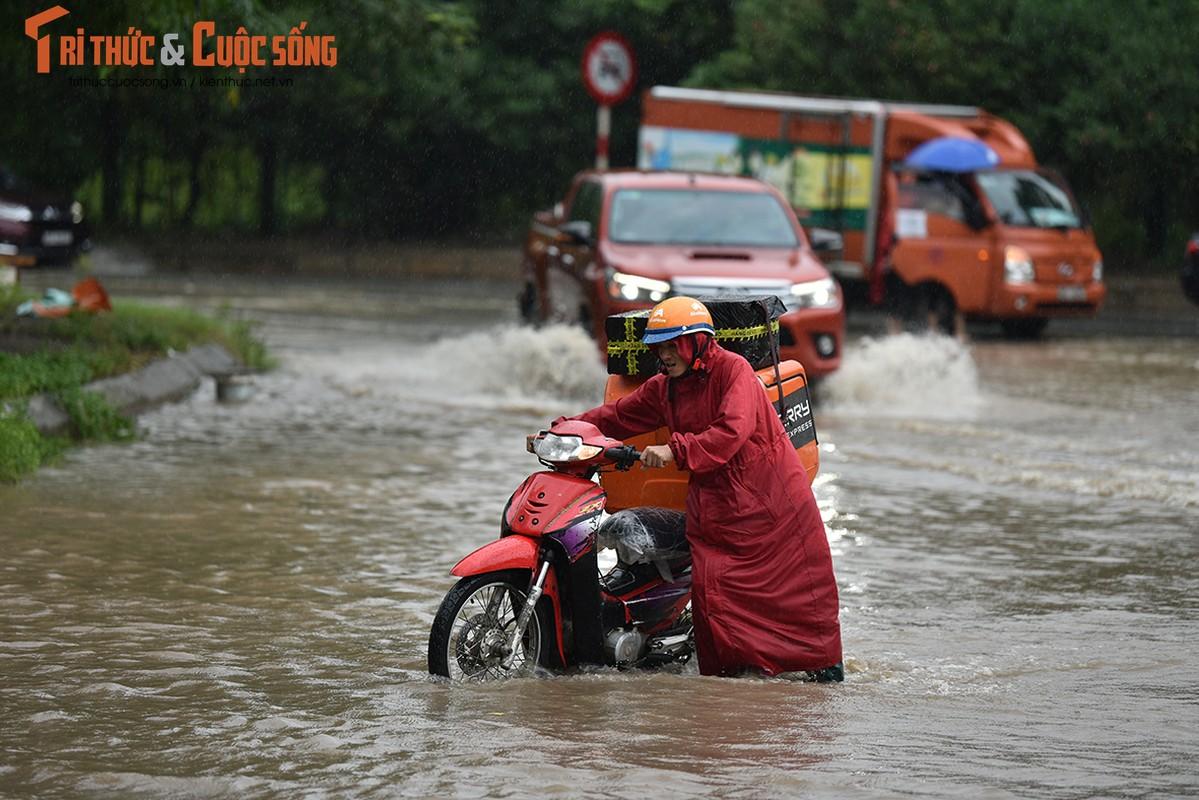 "Duong pho Ha Noi thanh bien nuoc, xe may ""chay"" o to nhu... ma duoi-Hinh-2"
