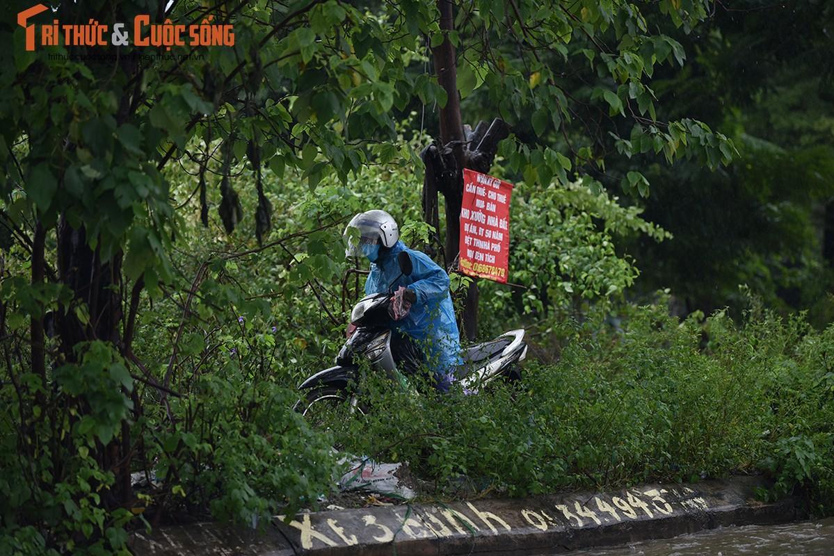 "Duong pho Ha Noi thanh bien nuoc, xe may ""chay"" o to nhu... ma duoi-Hinh-6"