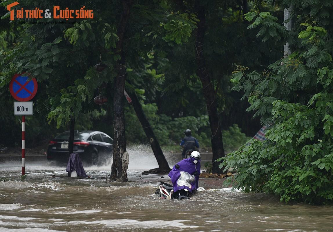 "Duong pho Ha Noi thanh bien nuoc, xe may ""chay"" o to nhu... ma duoi-Hinh-7"