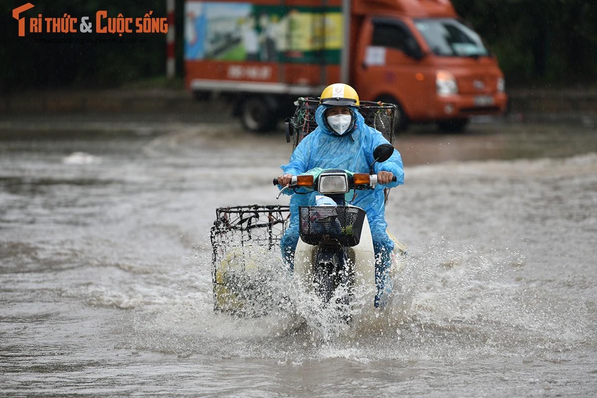 "Duong pho Ha Noi thanh bien nuoc, xe may ""chay"" o to nhu... ma duoi-Hinh-9"