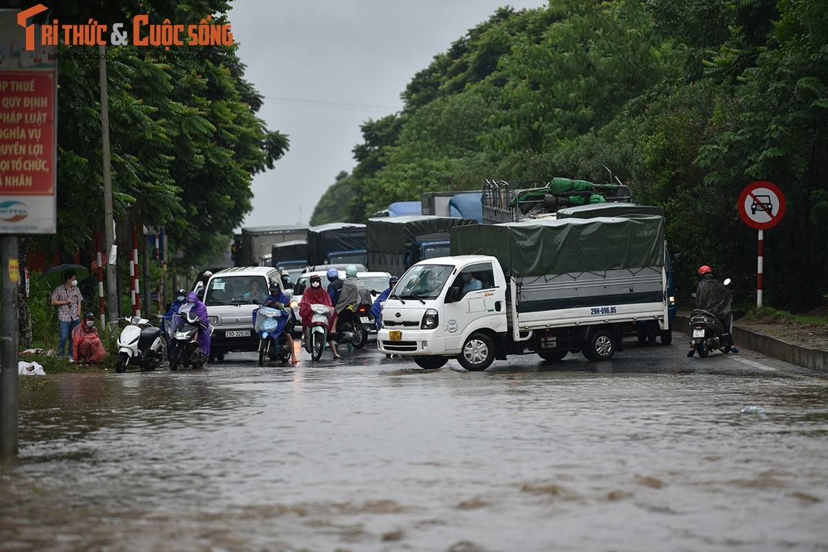 """Duong pho Ha Noi thanh bien nuoc, xe may """"chay"""" o to nhu... ma duoi"""
