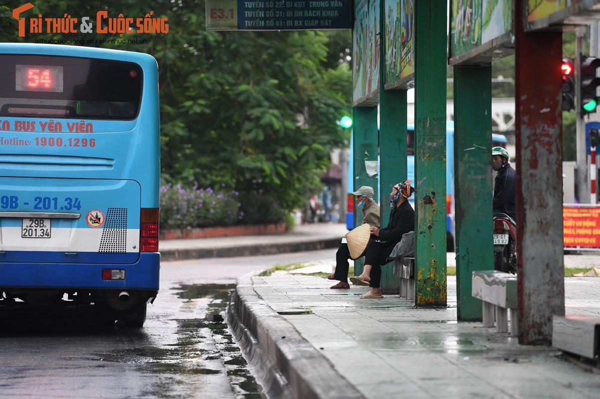Ha Noi: Ngay dau xe buyt hoat dong tro lai, moi chuyen lac dac 1-2 khach-Hinh-7