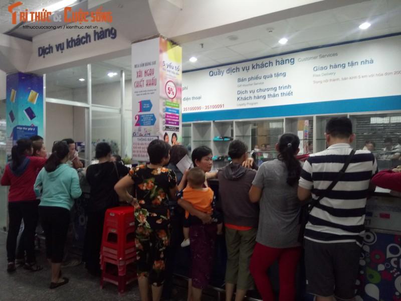 Khach ngo ngang truoc tin Co.opmart Dinh Tien Hoang dong cua-Hinh-10