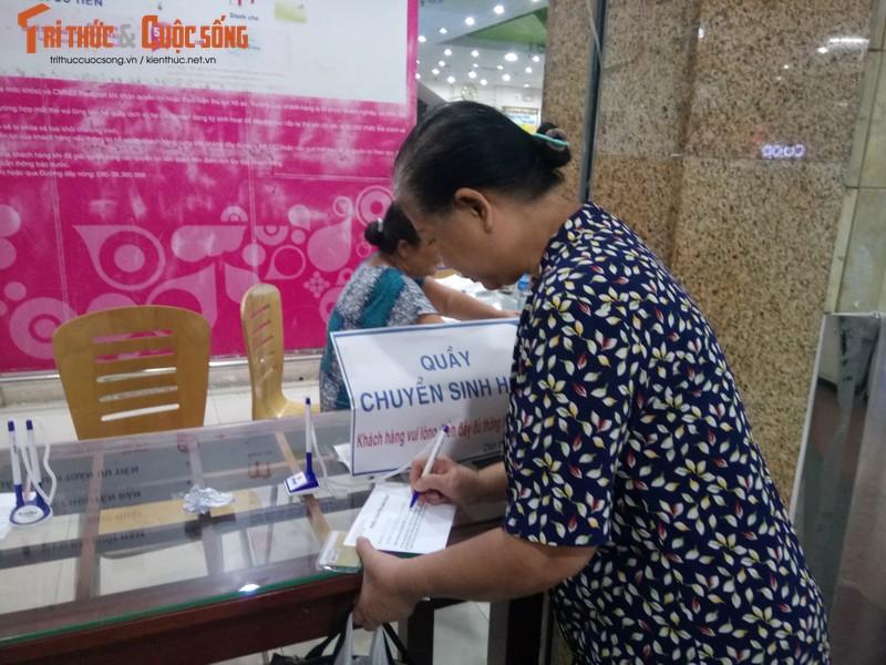 Khach ngo ngang truoc tin Co.opmart Dinh Tien Hoang dong cua-Hinh-11