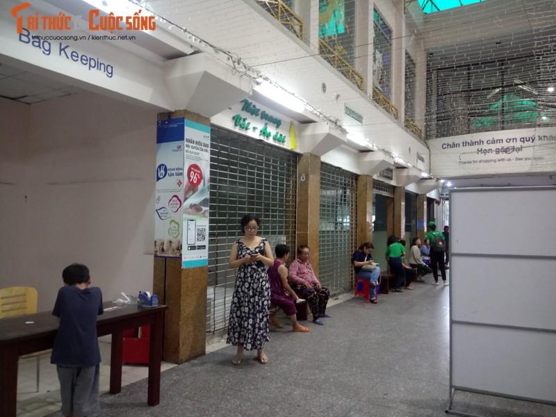Khach ngo ngang truoc tin Co.opmart Dinh Tien Hoang dong cua-Hinh-5
