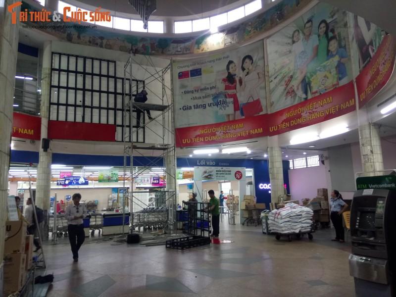 Khach ngo ngang truoc tin Co.opmart Dinh Tien Hoang dong cua-Hinh-6