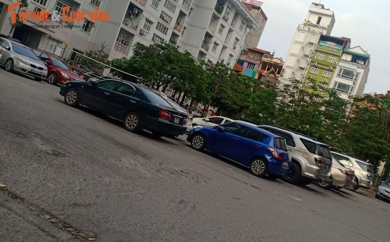 Ha Noi: Bai trong giu xe khong phep ngang nhien lan chiem long duong, via he-Hinh-3