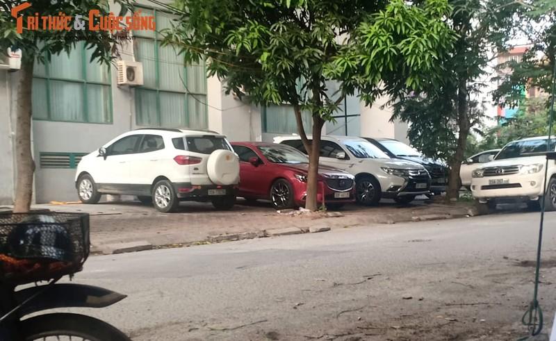 Ha Noi: Bai trong giu xe khong phep ngang nhien lan chiem long duong, via he