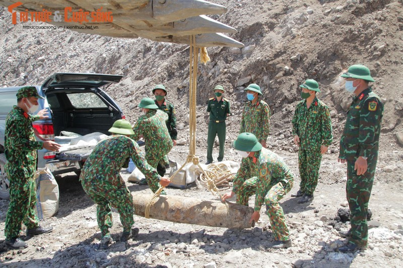 Can canh cong binh xu ly qua bom nang gan 230kg-Hinh-2