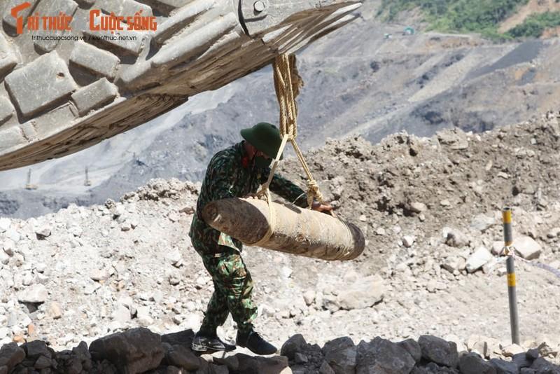 Can canh cong binh xu ly qua bom nang gan 230kg-Hinh-4