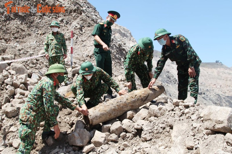 Can canh cong binh xu ly qua bom nang gan 230kg-Hinh-6