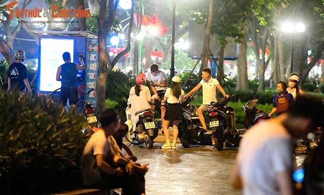Bat chap COVID-19, nguoi dan van un un do ra Ho Tay hong mat-Hinh-7