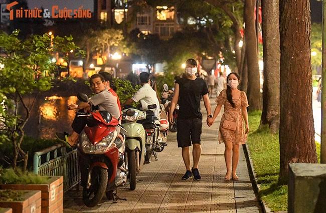 Bat chap COVID-19, nguoi dan van un un do ra Ho Tay hong mat