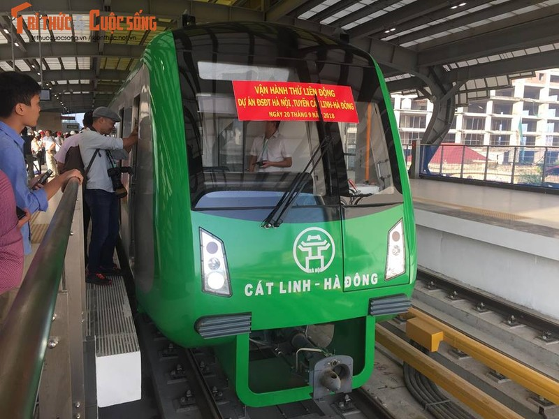 Can canh chay thu tau dien tren cao Cat Linh - Ha Dong