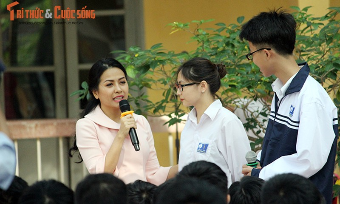 "Co gai ""ty do"" Tran Uyen Phuong giao luu voi hoc sinh THPT Ha Noi-Hinh-3"