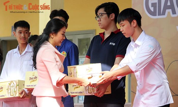 "Co gai ""ty do"" Tran Uyen Phuong giao luu voi hoc sinh THPT Ha Noi-Hinh-4"