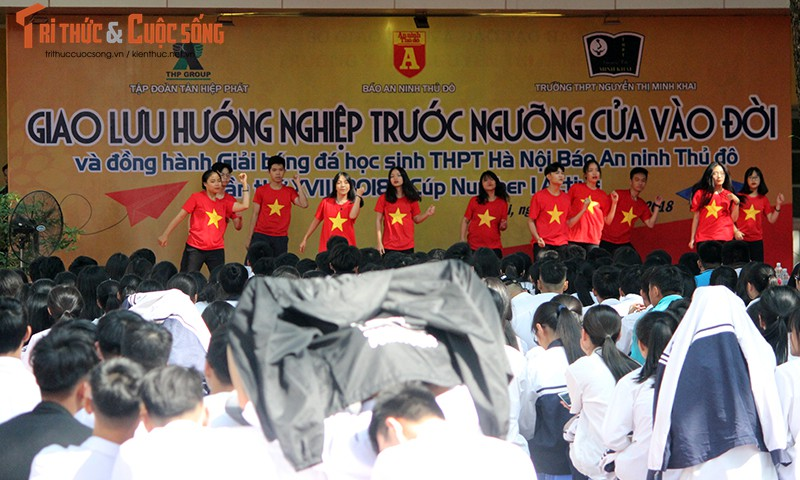"""Co gai """"ty do"""" Tran Uyen Phuong giao luu voi hoc sinh THPT Ha Noi"""